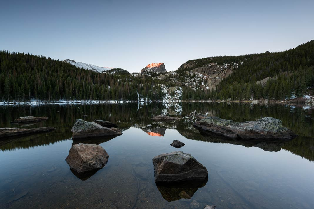 Der Bear Lake in Colorado im Rocky Mountain Nationalpark zum Sonnenaufgang