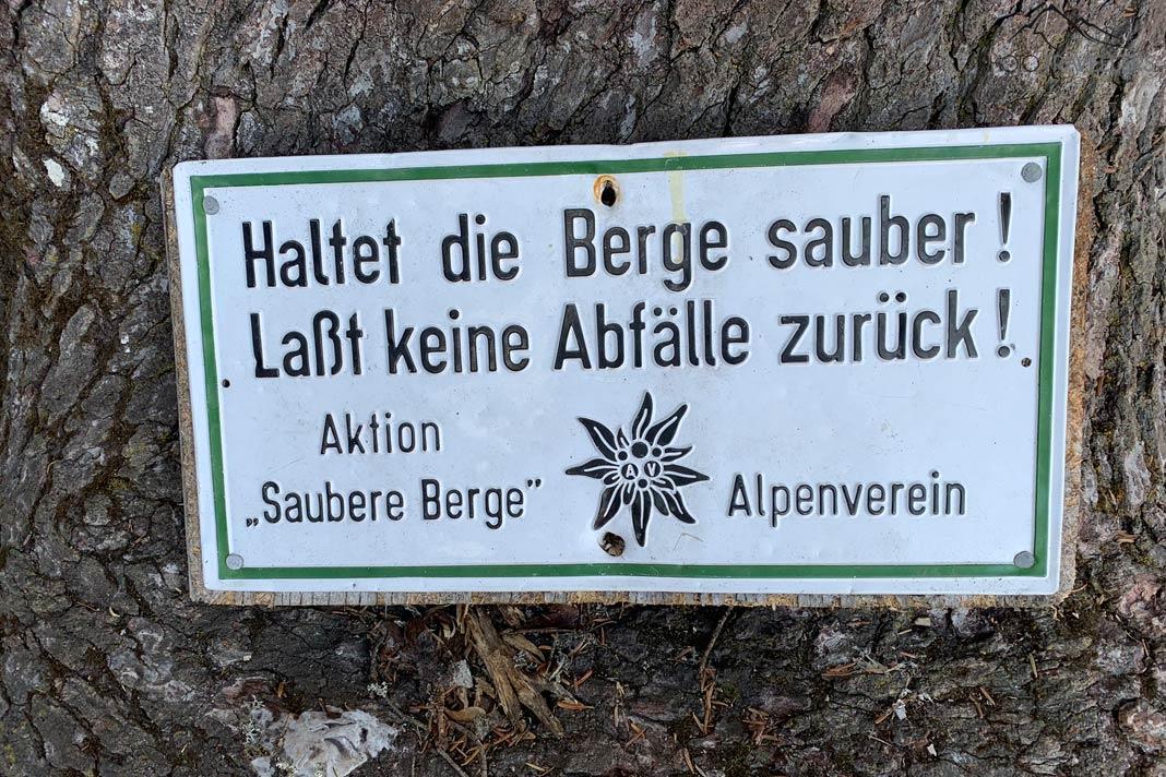 """Schild vom Alpenverein """"Aktion saubere Berge"""""""
