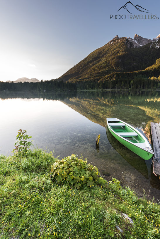 Ein Ruderboot am Hintersee am Morgen