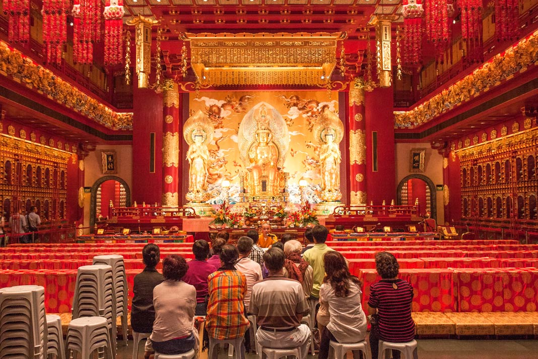 Im Inneren des Buddha Tooth Relic Temple