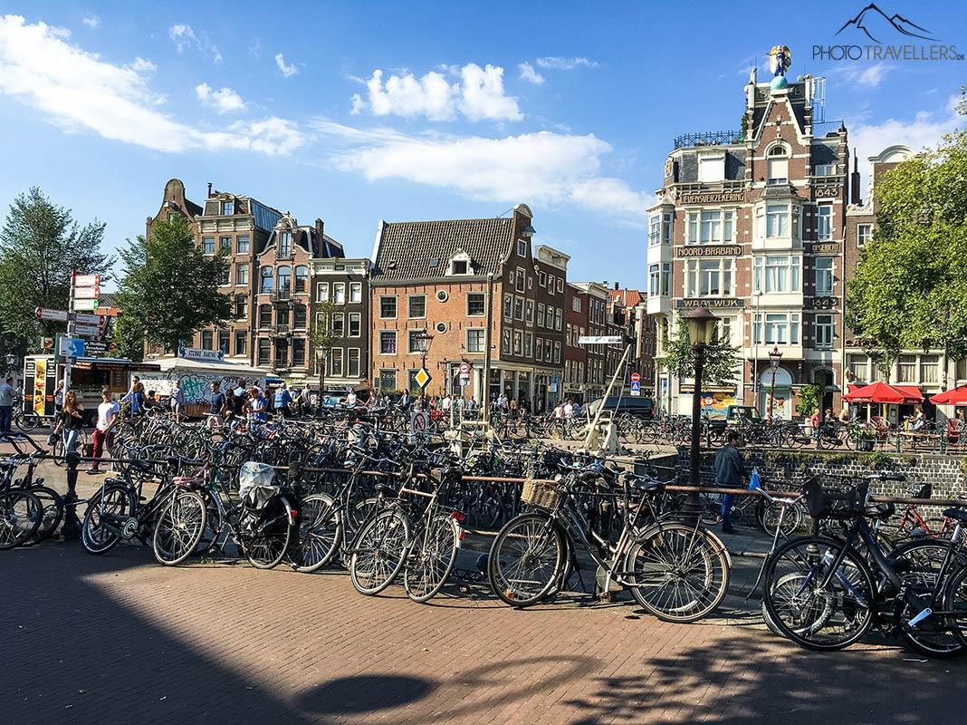 Dutzende Fahrräder in der Amsterdamer Innenstadt